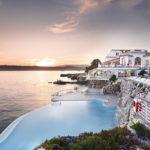 Villas et bâtiments notables depuis la mer avec les bateaux de Nice